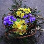 Košík s umělými květinami